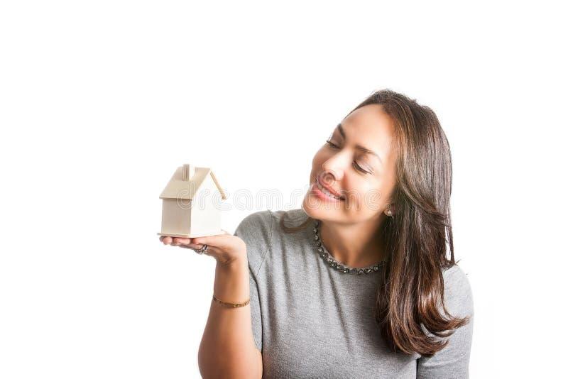 Mujer hermosa joven que sueña con una nueva casa aislada fotografía de archivo
