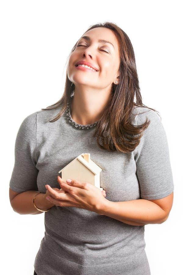 Mujer hermosa joven que sueña con una nueva casa aislada imagen de archivo