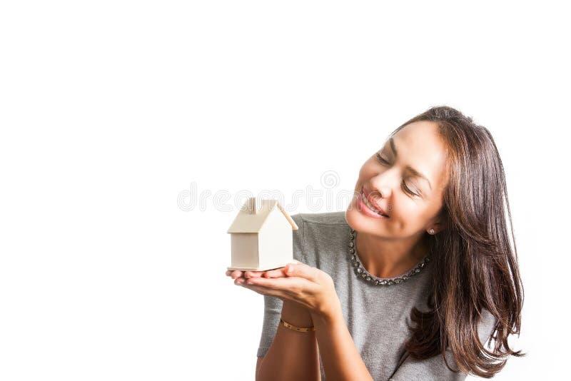 Mujer hermosa joven que sueña con una nueva casa aislada fotos de archivo