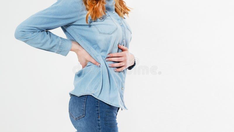 Mujer hermosa joven que tiene dolor de est?mago doloroso en el fondo blanco Gastritis cr?nica Concepto del hinchaz?n del abdomen fotografía de archivo libre de regalías