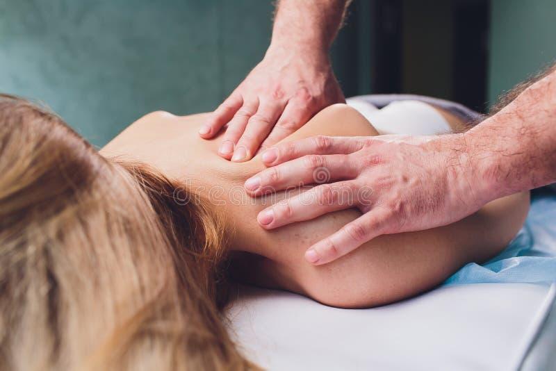 Mujer hermosa joven que tiene masaje en el sal?n Physiotherapis del balneario foto de archivo libre de regalías