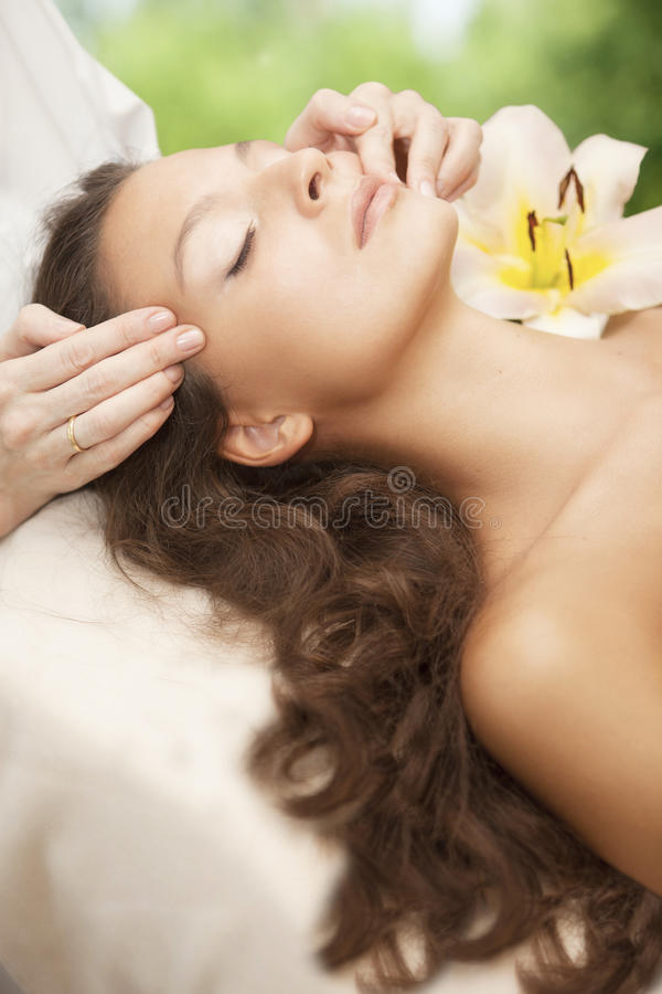 Mujer hermosa joven que tiene masaje facial fotos de archivo libres de regalías