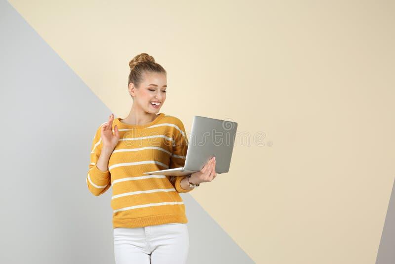 Mujer hermosa joven que usa la computadora port?til Espacio para el texto imágenes de archivo libres de regalías