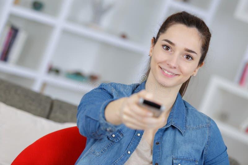 Mujer hermosa joven que ve la TV fotos de archivo libres de regalías