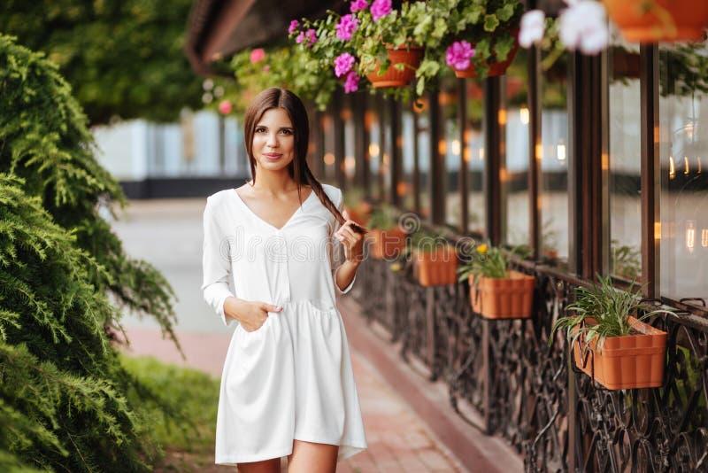 Mujer hermosa joven que visita un centro de ciudad durante un día soleado fotos de archivo libres de regalías