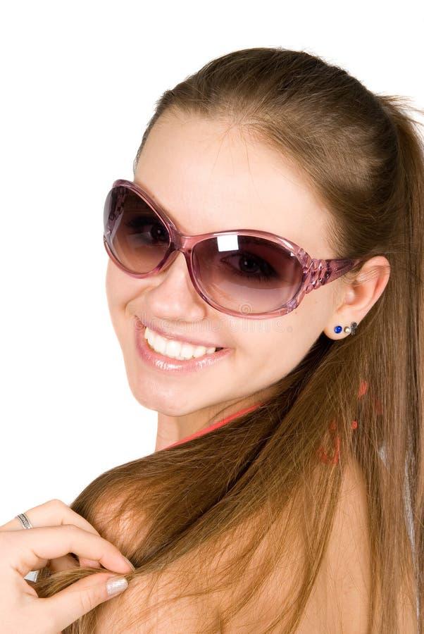 Mujer hermosa joven sonriente en gafas de sol imagenes de archivo