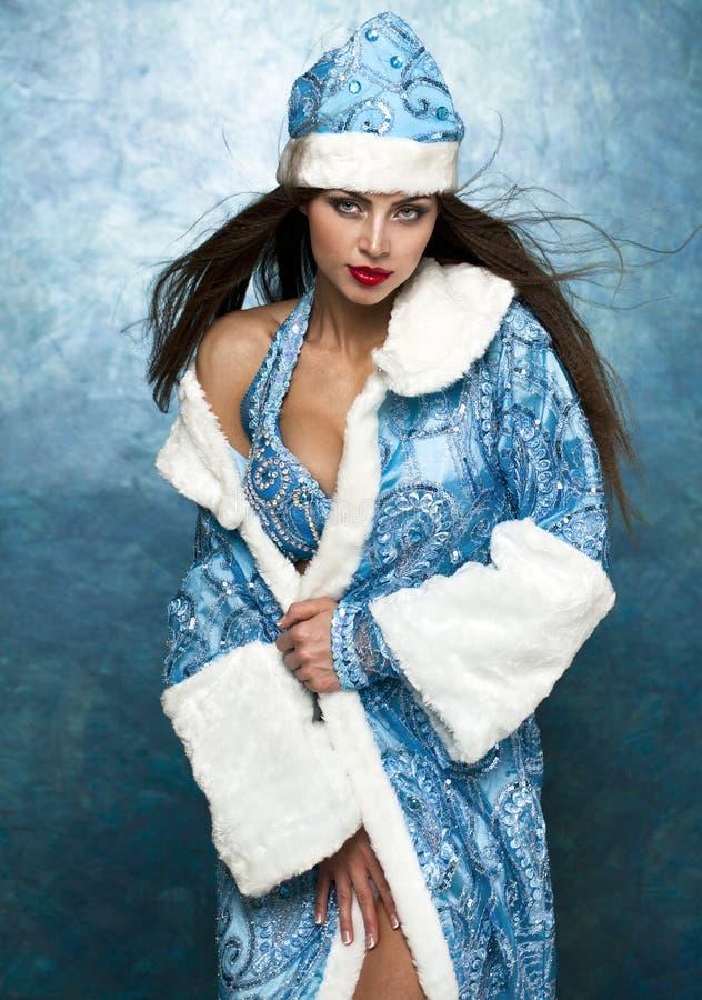 Mujer hermosa joven vestida como doncella rusa de la nieve imagen de archivo