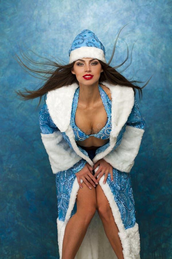 Mujer hermosa joven vestida como doncella rusa de la nieve imágenes de archivo libres de regalías