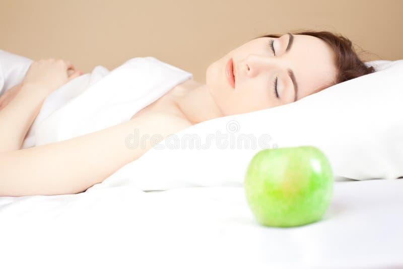 Mujer Hermosa Lsleeping En La Cama (foco En Mujer) Foto de archivo