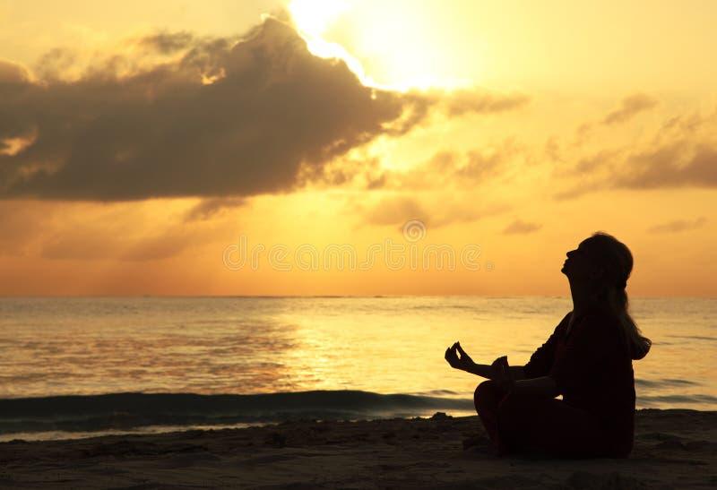 Mujer hermosa meditating imagen de archivo libre de regalías