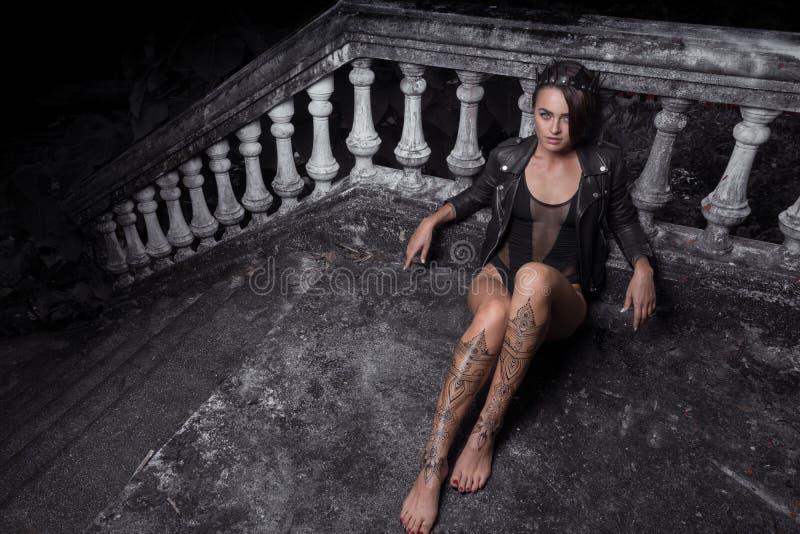 Mujer hermosa misteriosa con el tatuaje de la alheña en las piernas imagen de archivo