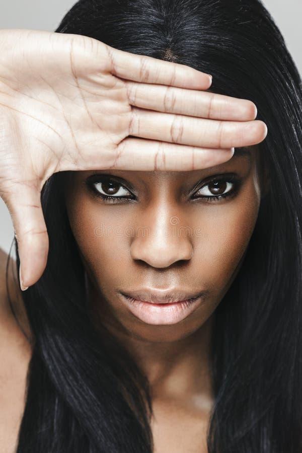 Mujer hermosa negra con la piel perfecta fotografía de archivo libre de regalías