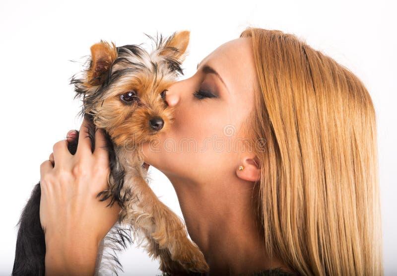 Mujer hermosa para besar la raza del perro fotos de archivo libres de regalías