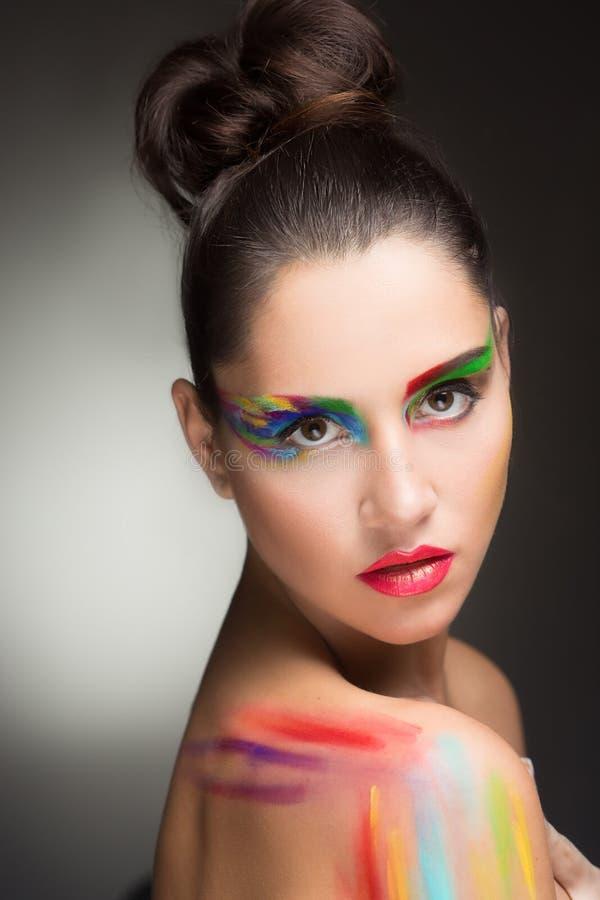 Mujer hermosa pintura de la pintura del color del maquillaje, fotos de archivo