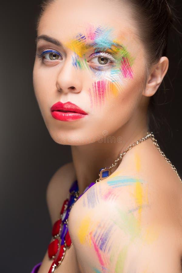Mujer hermosa pintura de la pintura del color del maquillaje, fotos de archivo libres de regalías
