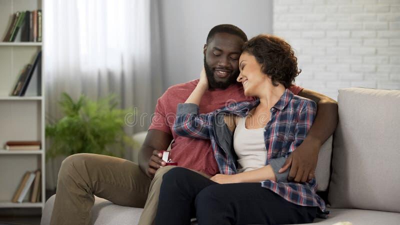 Mujer hermosa que agradece al hombre querido por el regalo impresionante de la joyería, amor en matrimonio imagen de archivo libre de regalías
