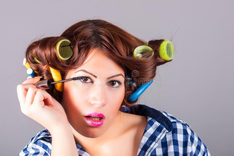 Mujer hermosa que aplica lápiz de ojos foto de archivo libre de regalías