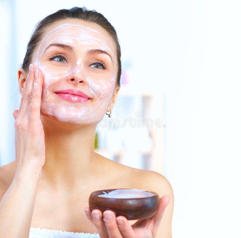 Mujer hermosa que aplica la máscara facial foto de archivo libre de regalías