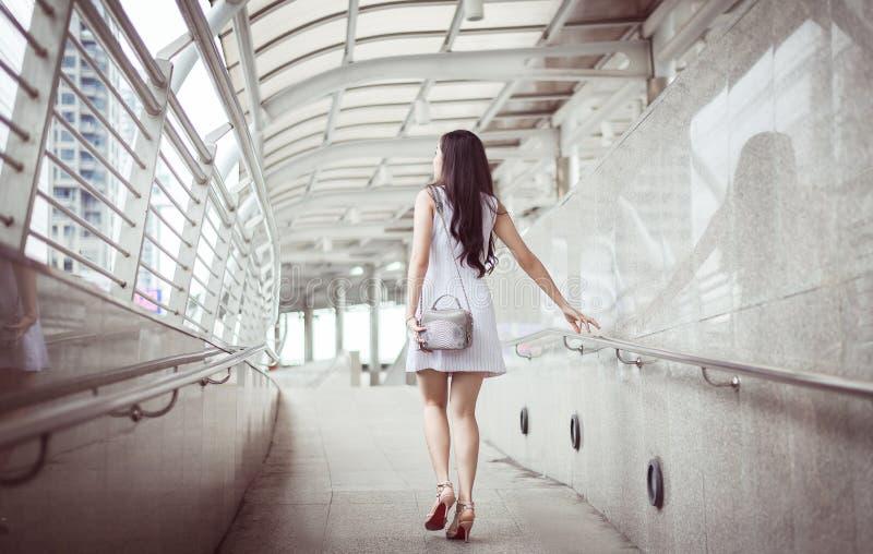 Mujer hermosa que camina en la ciudad, feliz y sonriendo, forma de vida al aire libre imagen de archivo libre de regalías