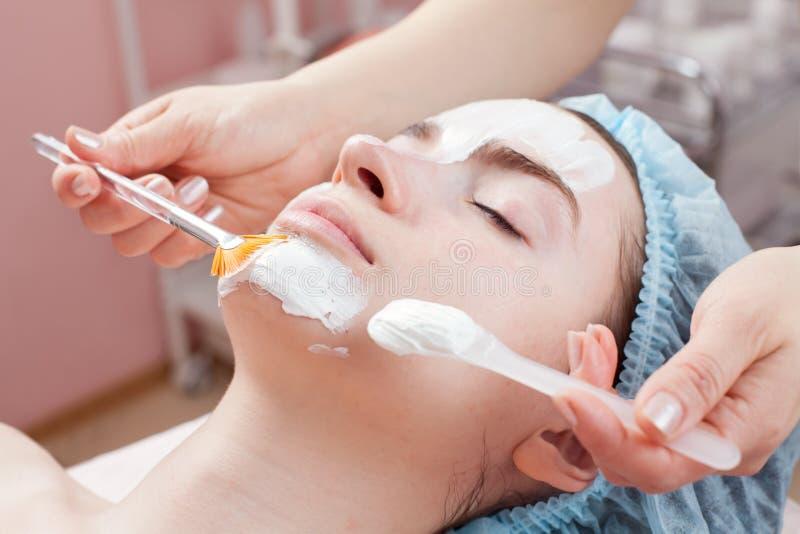 Mujer hermosa que consigue el tratamiento facial de la belleza imagen de archivo libre de regalías