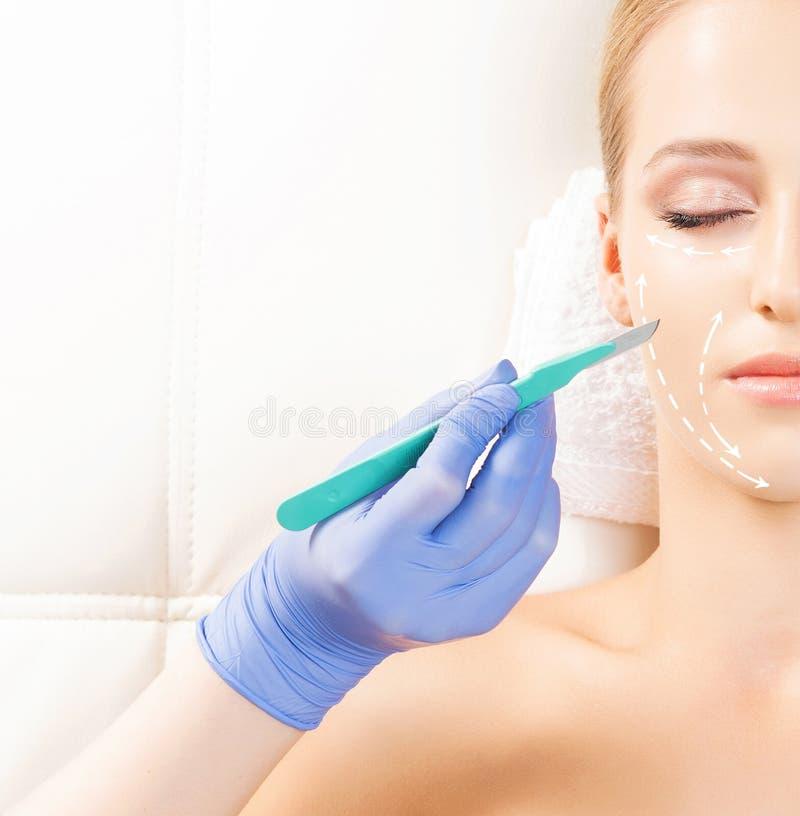 Mujer hermosa que consigue la operación de la elevación de cara imagenes de archivo
