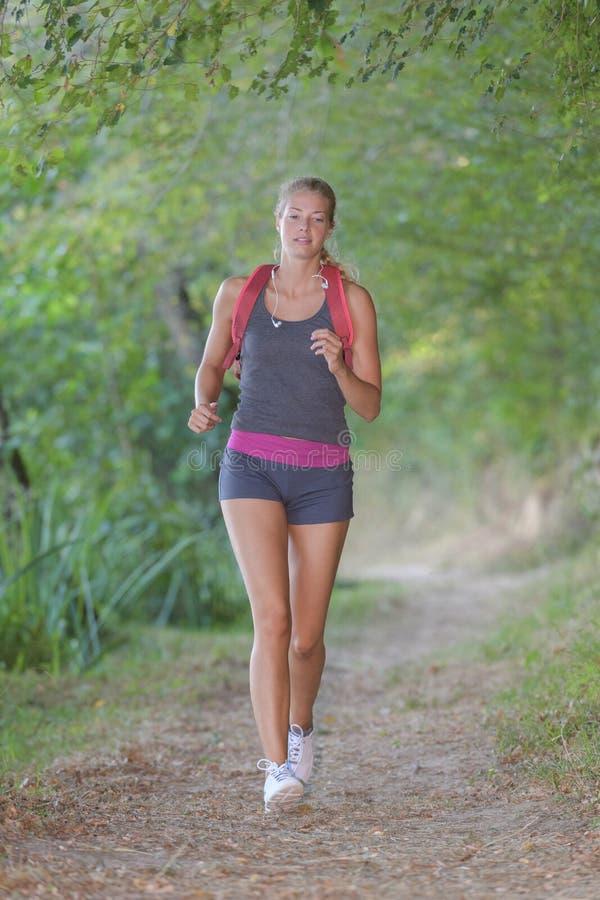 Mujer hermosa que corre en bosque imágenes de archivo libres de regalías