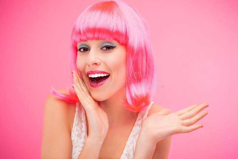 Mujer hermosa que desgasta la peluca rosada
