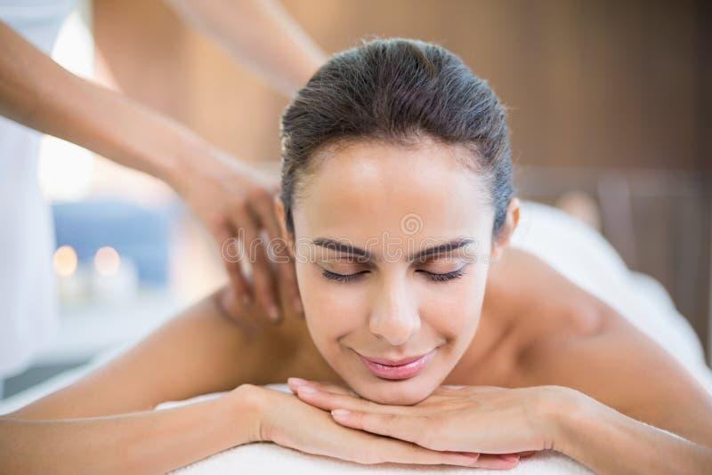 Mujer hermosa que disfruta de masaje imagenes de archivo