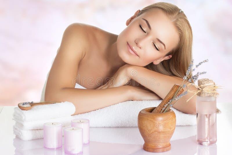 Mujer hermosa que disfruta de masaje fotos de archivo libres de regalías