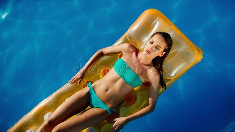 Mujer hermosa que disfruta de vacaciones de verano fotos de archivo libres de regalías