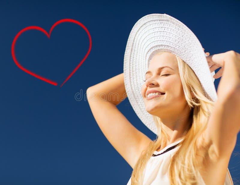 Mujer hermosa que disfruta de verano al aire libre foto de archivo libre de regalías