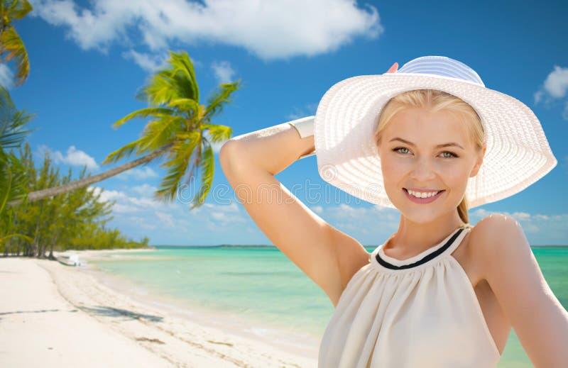 Mujer hermosa que disfruta de verano al aire libre imagen de archivo libre de regalías