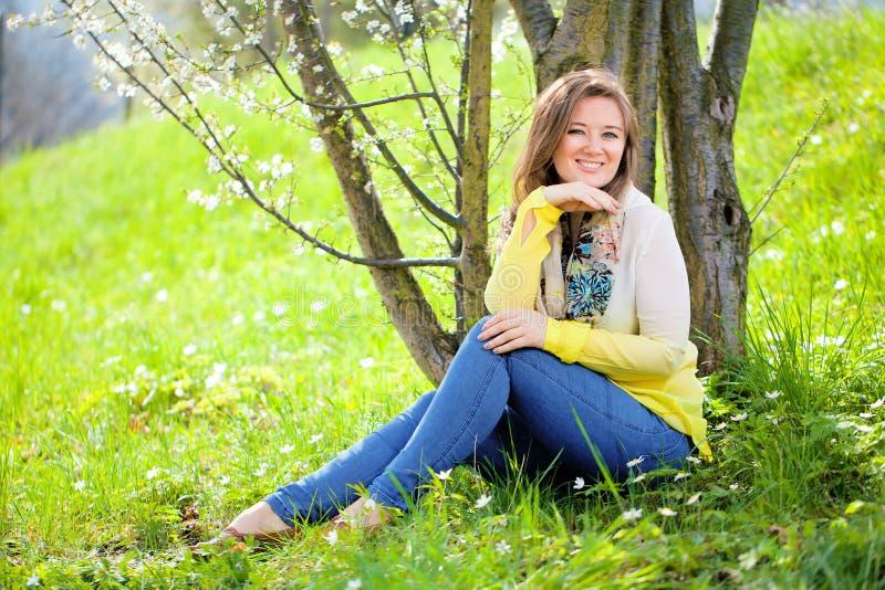 Mujer hermosa que disfruta del campo de la margarita, el acostarse femenino agradable adentro imagen de archivo libre de regalías