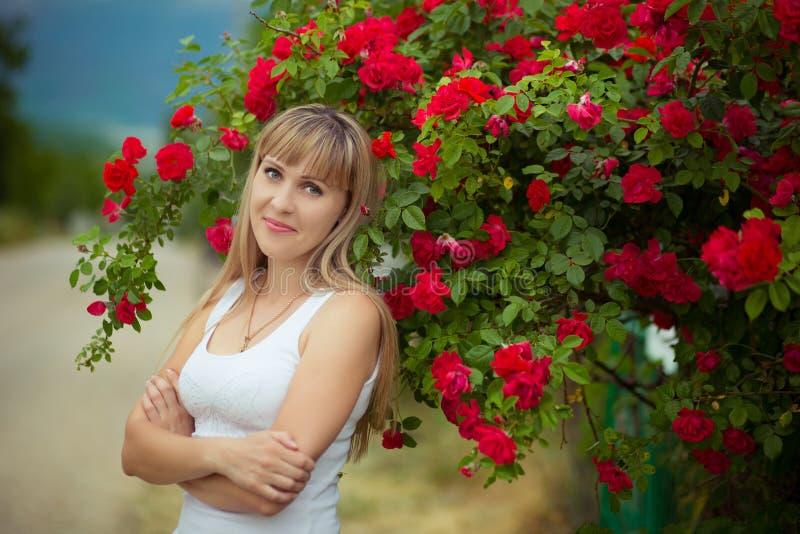 Mujer hermosa que disfruta del campo de la margarita, hembra agradable que se acuesta en el prado de flores, relajación bonita de foto de archivo libre de regalías
