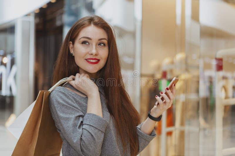 Mujer hermosa que disfruta del día de compras en la alameda fotografía de archivo libre de regalías