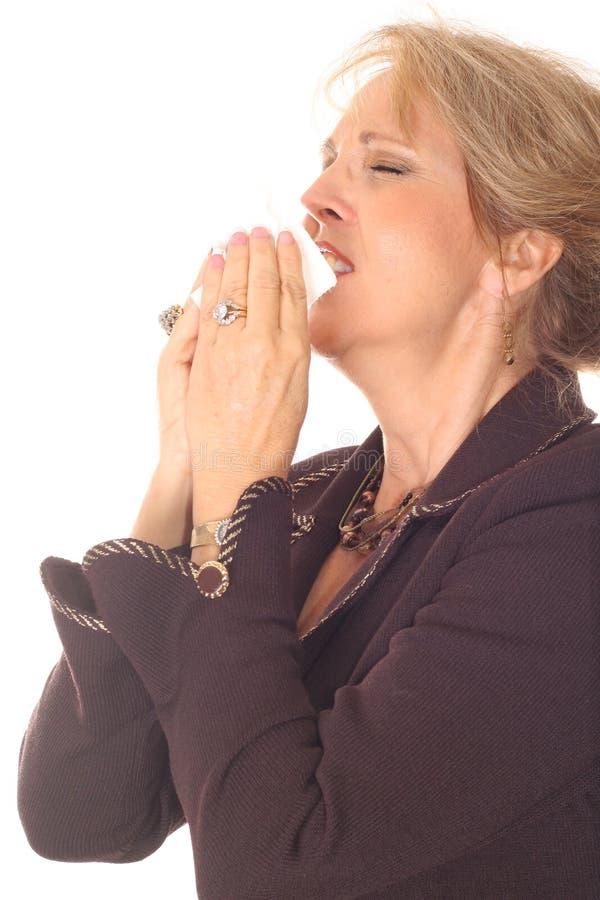 Mujer hermosa que estornuda foto de archivo libre de regalías