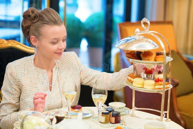 Mujer hermosa que goza de té de tarde fotos de archivo libres de regalías