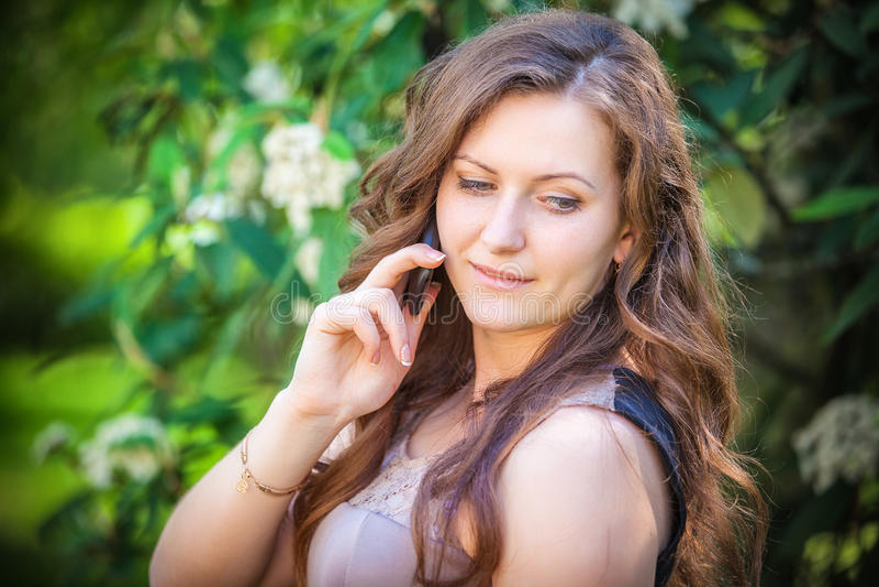 Mujer hermosa que habla en el teléfono imagenes de archivo
