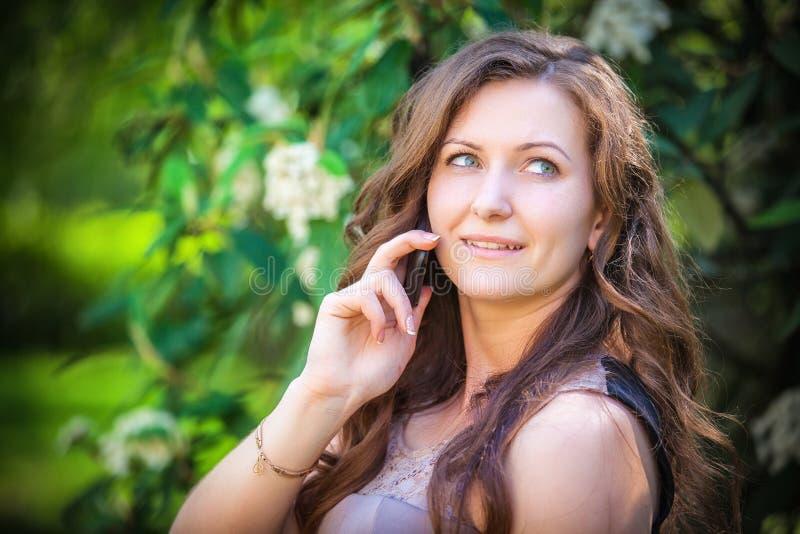 Mujer hermosa que habla en el teléfono imagen de archivo libre de regalías