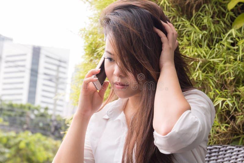 Mujer hermosa que habla en el teléfono móvil fotos de archivo libres de regalías