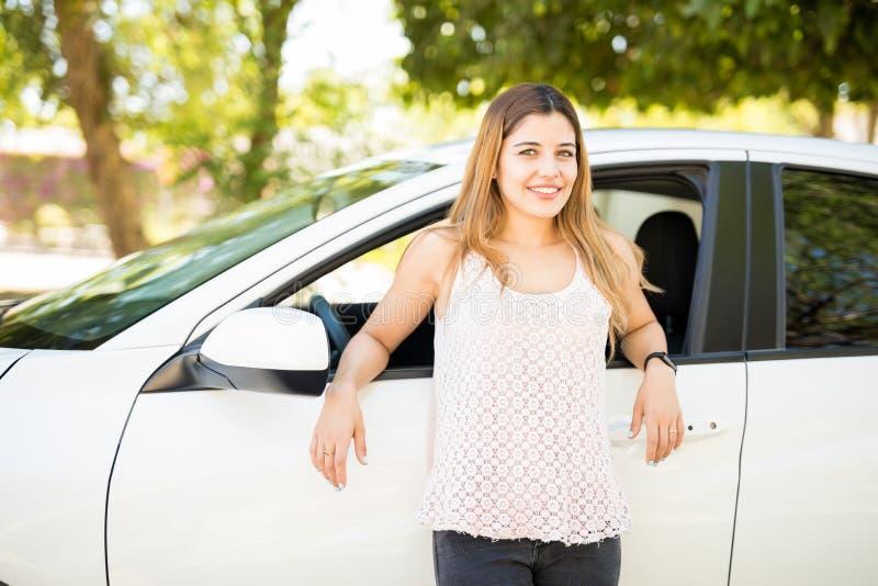 Mujer hermosa que hace una pausa su coche a estrenar imágenes de archivo libres de regalías