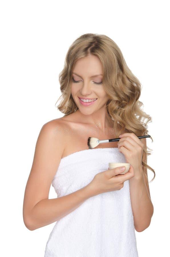 Mujer hermosa que hidrata su piel con aceite imagenes de archivo