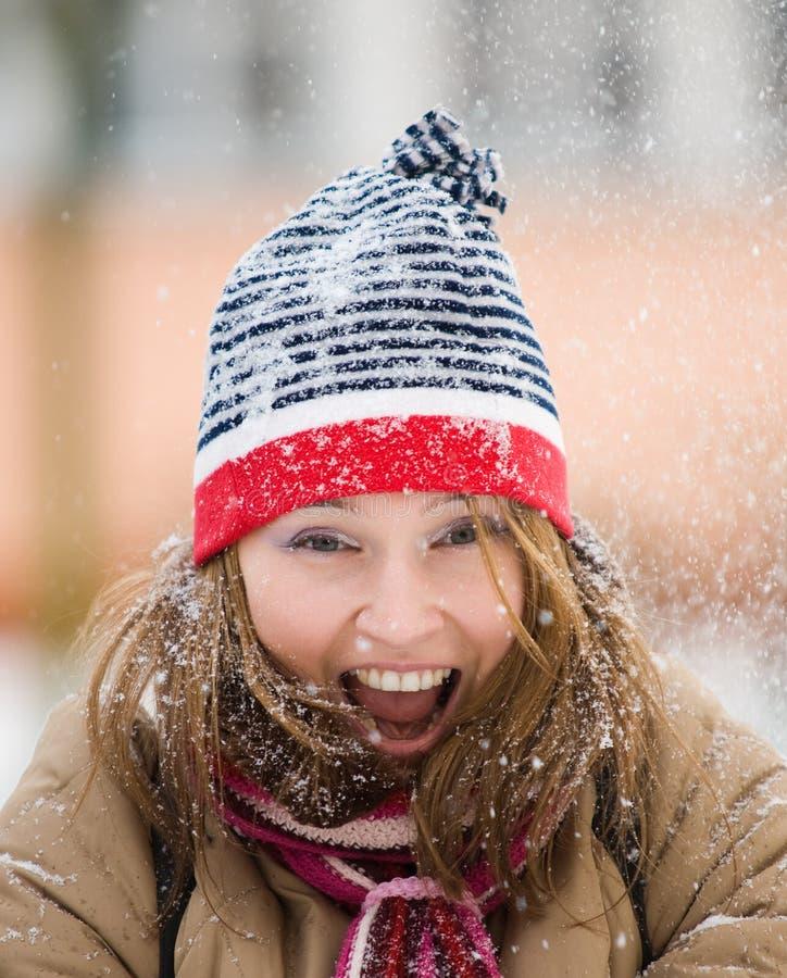 Mujer hermosa que juega con nieve imagen de archivo