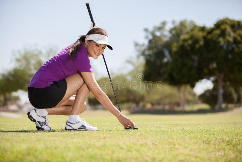Mujer hermosa que juega a golf fotos de archivo libres de regalías