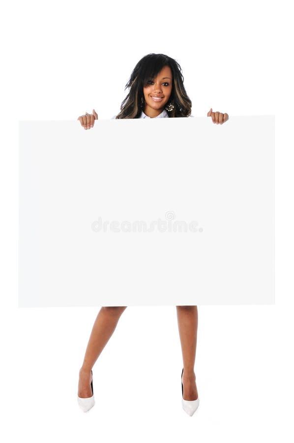 Mujer hermosa que lleva a cabo la muestra en blanco fotos de archivo