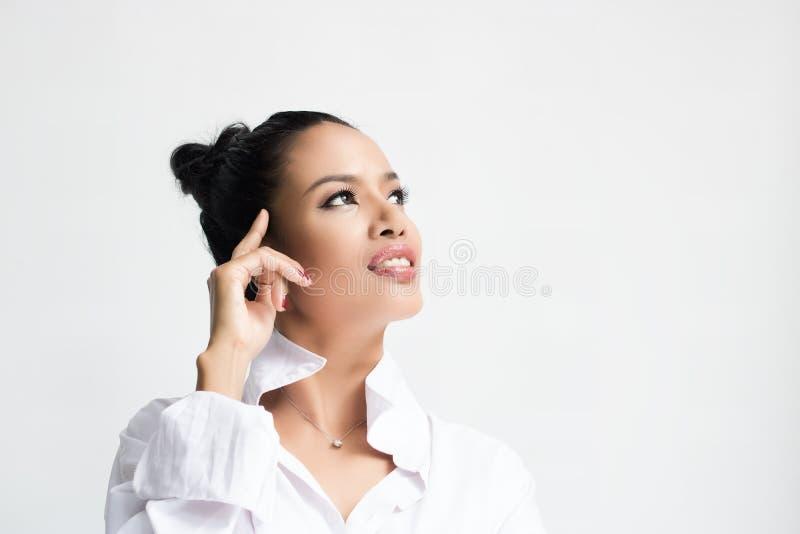 Mujer hermosa que lleva una camisa blanca fotos de archivo