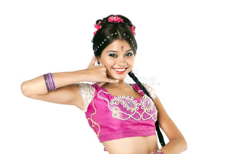Mujer hermosa que me hace una llamada gesto en sari india imagenes de archivo