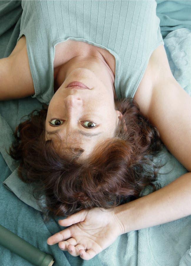 Mujer hermosa que miente upside-down fotos de archivo libres de regalías