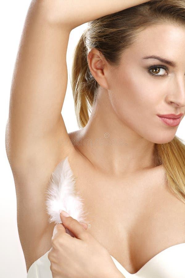 Mujer hermosa que muestra su axila perfectamente afeitado foto de archivo libre de regalías