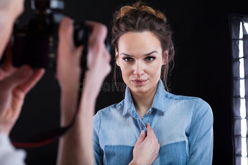 Download Mujer Hermosa Que Presenta Durante El Tiroteo De Foto Foto de archivo - Imagen de concentrado, fotógrafo: 41916338